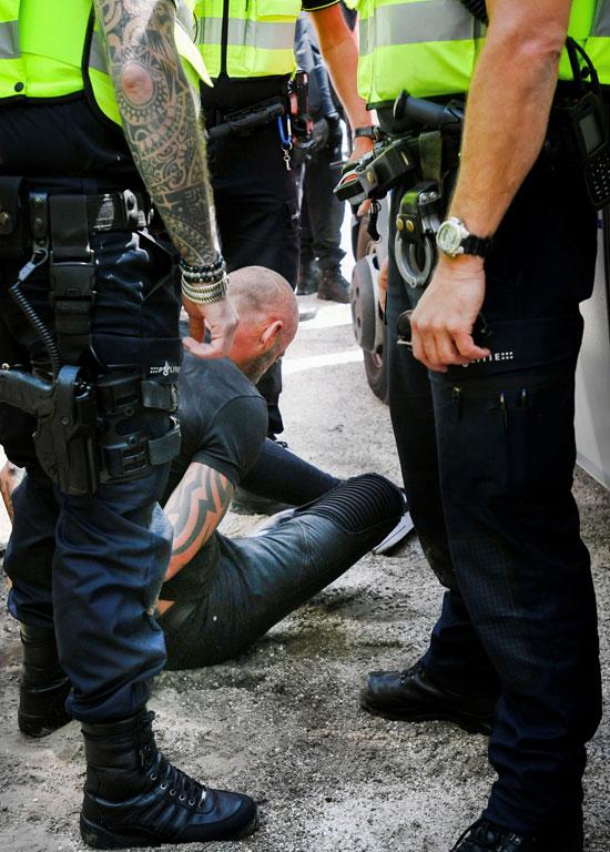 ضباط الشرطة يحتجزون متظاهرًا خلال احتجاج ضد إجراءات التباعد الاجتماعى (4)