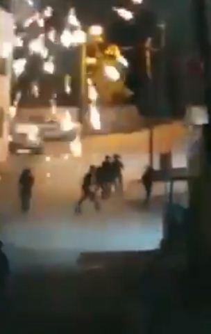 الجنود الاسرائيليون يهربون من الالعاب النارية