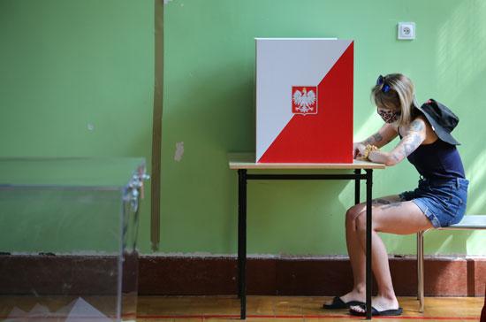 فتاة تدلى بصوتها بالانتخابات الرئاسية البولندية