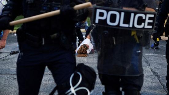 الشرطة الأمريكية تحتجز متظاهرة