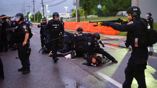 الشرطة الأمريكية تلقى القبض على عدد من المتظاهرين