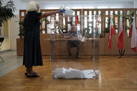 سيدة تدلى بصوته فى انتخابات الرئاسه البولندية