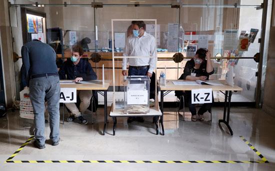 رجل يدلى بصوته فى الانتخابات الفرنسية