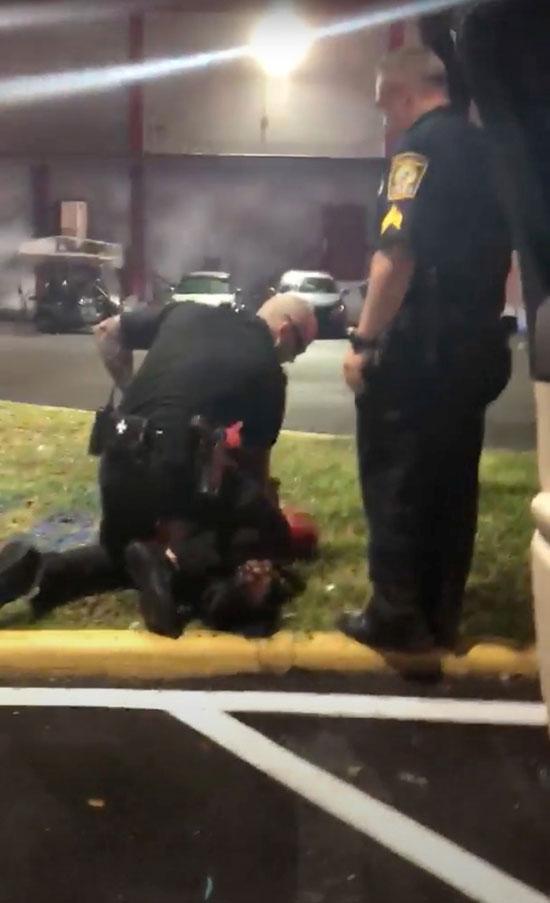 لحظة صعق الشرطة لفتاة ذات بشرة سوداء