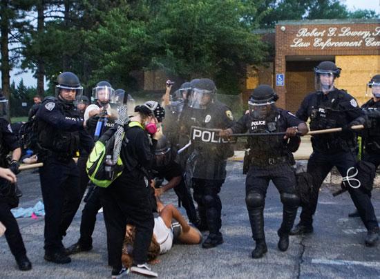 الشرطة الأمريكية تلقى القبض على أحد المتظاهرات