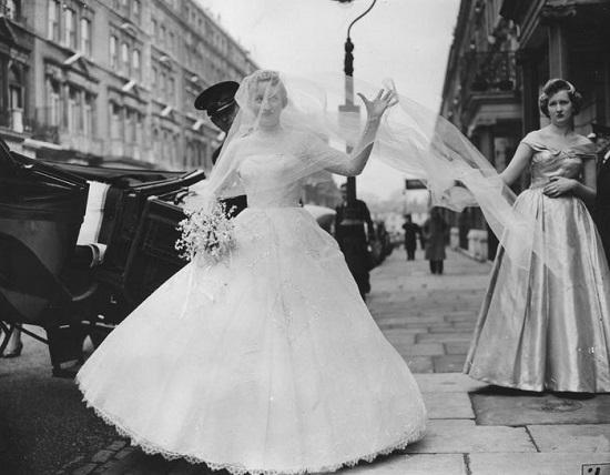 فستان زفاف كب منفوش في الخمسينات