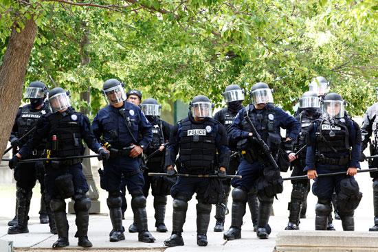 قوات مكافحة الشغب بمحيط المظاهرات