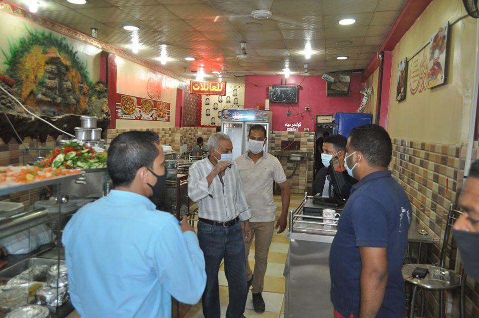 حملة لمتابعة إلتزام المحلات والمقاهي بقرارات مجلس الوزراء  (1)