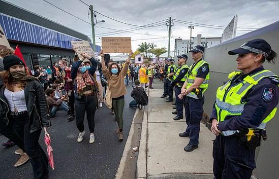مسيرة للمتظاهرين أمام مقر احتجاز طالبى اللجوء