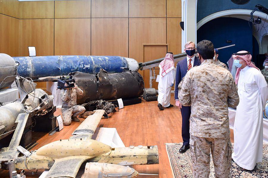 العقيد تركى المالكى يشرح للجبير وهوك الأسلحة الايرانية المستخدمة فى الهجوم على المملكة