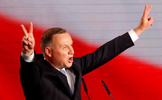 أندريه دودا رئيس بولندا يرفع علامة النصر
