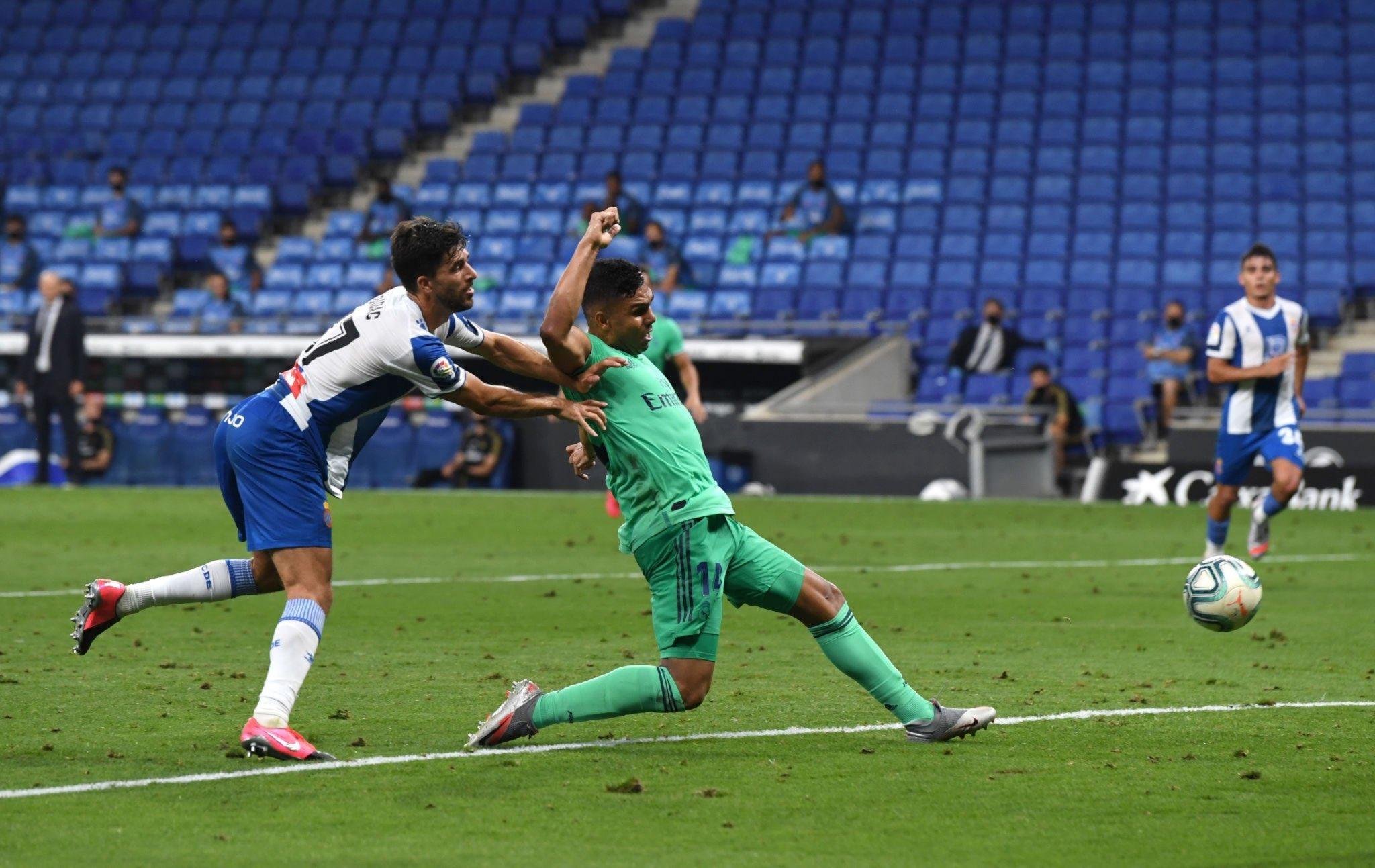 كاسيميرو يسدد الكرة فى شباك اسبانيول