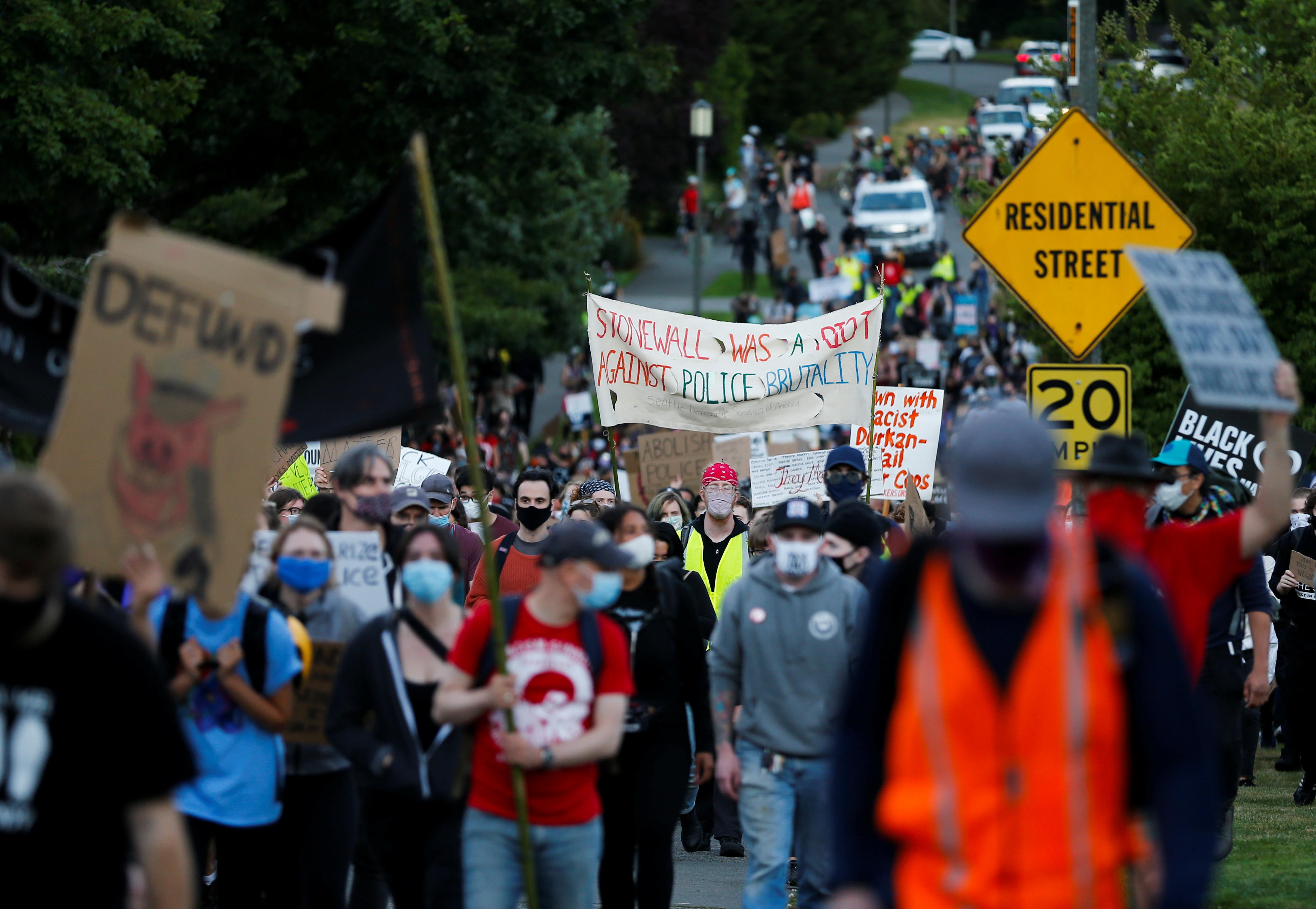المتظاهرون يرفعون لافتات بمطالبهم