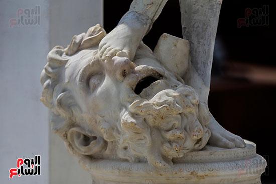 تمثال داخل حديقه القصر