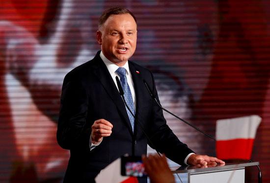 رئيس بولندا وسط مناصريه