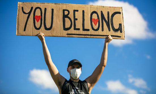 لافتة تضامنية مع طالبى اللجوء
