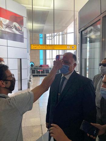 رئيس المطارات يبدأ جولته بمبانى مطار القاهرة استعدادا لبدء الرحلات (8)