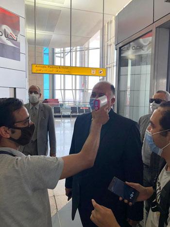 رئيس المطارات يبدأ جولته بمبانى مطار القاهرة استعدادا لبدء الرحلات (7)