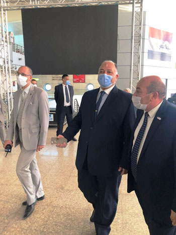 رئيس المطارات يبدأ جولته بمبانى مطار القاهرة استعدادا لبدء الرحلات (6)