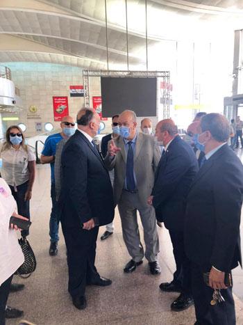 رئيس المطارات يبدأ جولته بمبانى مطار القاهرة استعدادا لبدء الرحلات (2)
