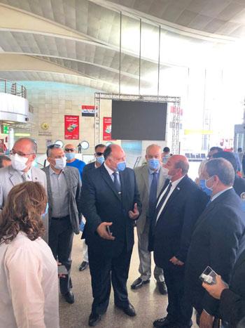 رئيس المطارات يبدأ جولته بمبانى مطار القاهرة استعدادا لبدء الرحلات (1)