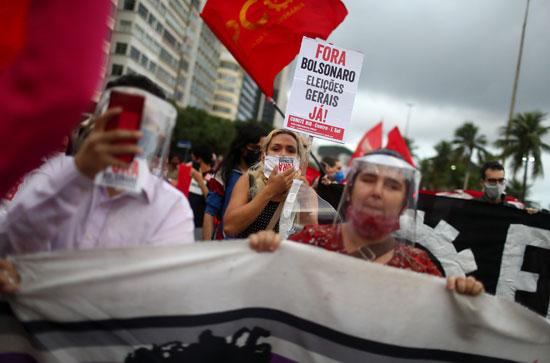مظاهرات-بالكمامات-ضد-الرئيس-البرازيلى