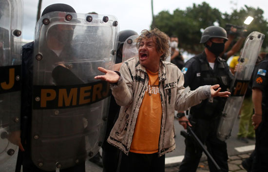 الشرطة-تحاول-تفريق-الاحتجاجات
