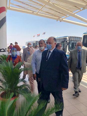 رئيس المطارات يبدأ جولته بمبانى مطار القاهرة استعدادا لبدء الرحلات (3)