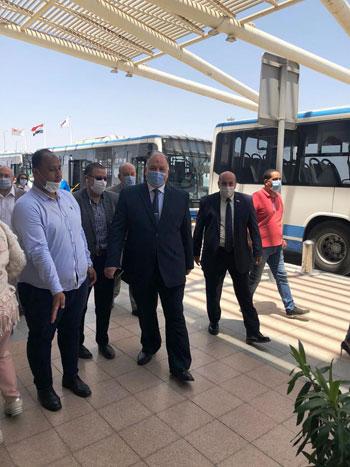 رئيس المطارات يبدأ جولته بمبانى مطار القاهرة استعدادا لبدء الرحلات (4)