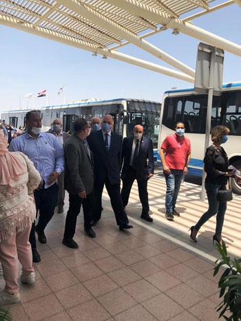 رئيس المطارات يبدأ جولته بمبانى مطار القاهرة استعدادا لبدء الرحلات (5)