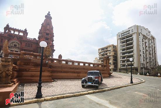 سياره قديمه خارج القصر