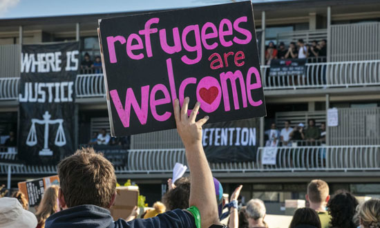 لافتة ترحب بالاجئين