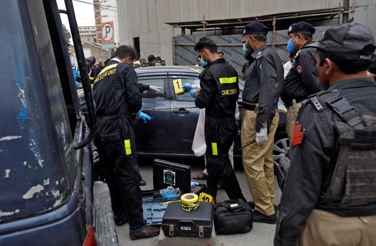شرطة الجريمة تمسح موقع الحادث