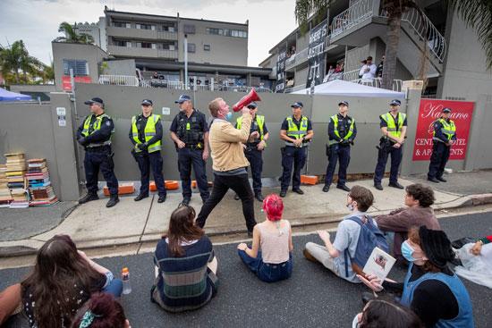 هتافات المتظاهرون أمام فندق احتجاز طالبى اللجوء