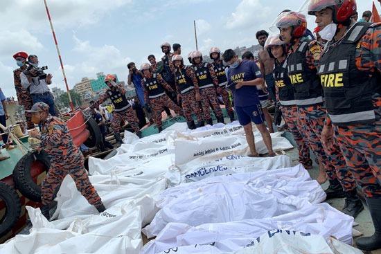 جثامين الضحايا على متن قارب الإنقاذ بالنهر