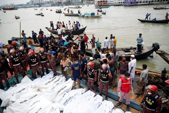 جثث الضحايا على متن قارب الإنقاذ