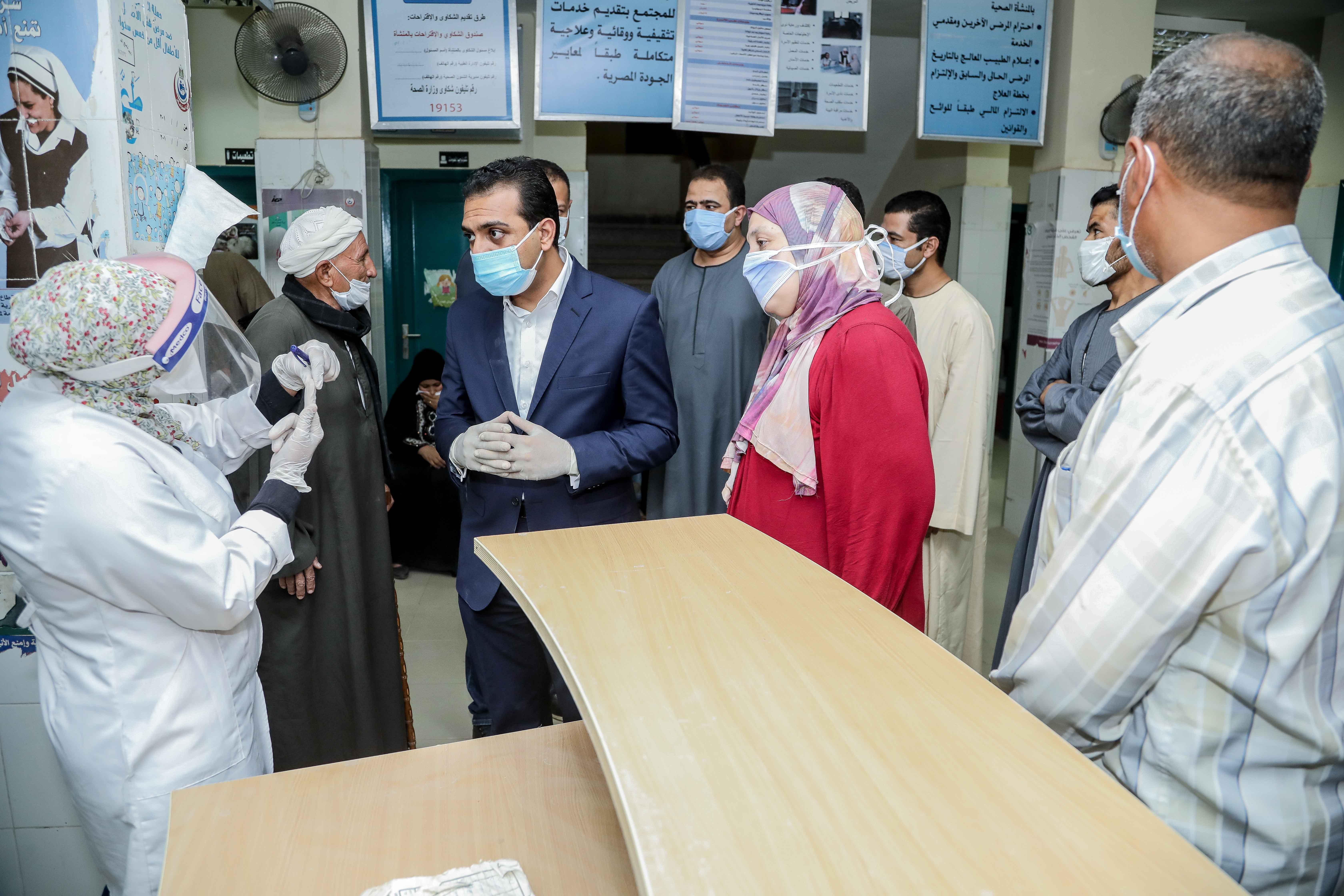 نائب محافظ قنا يزور مستشفيات العزل الصحى (15)