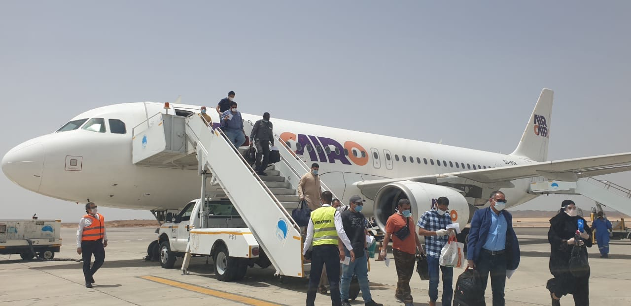 وصول عالقين من جدة لمطار مرسى علم (8)