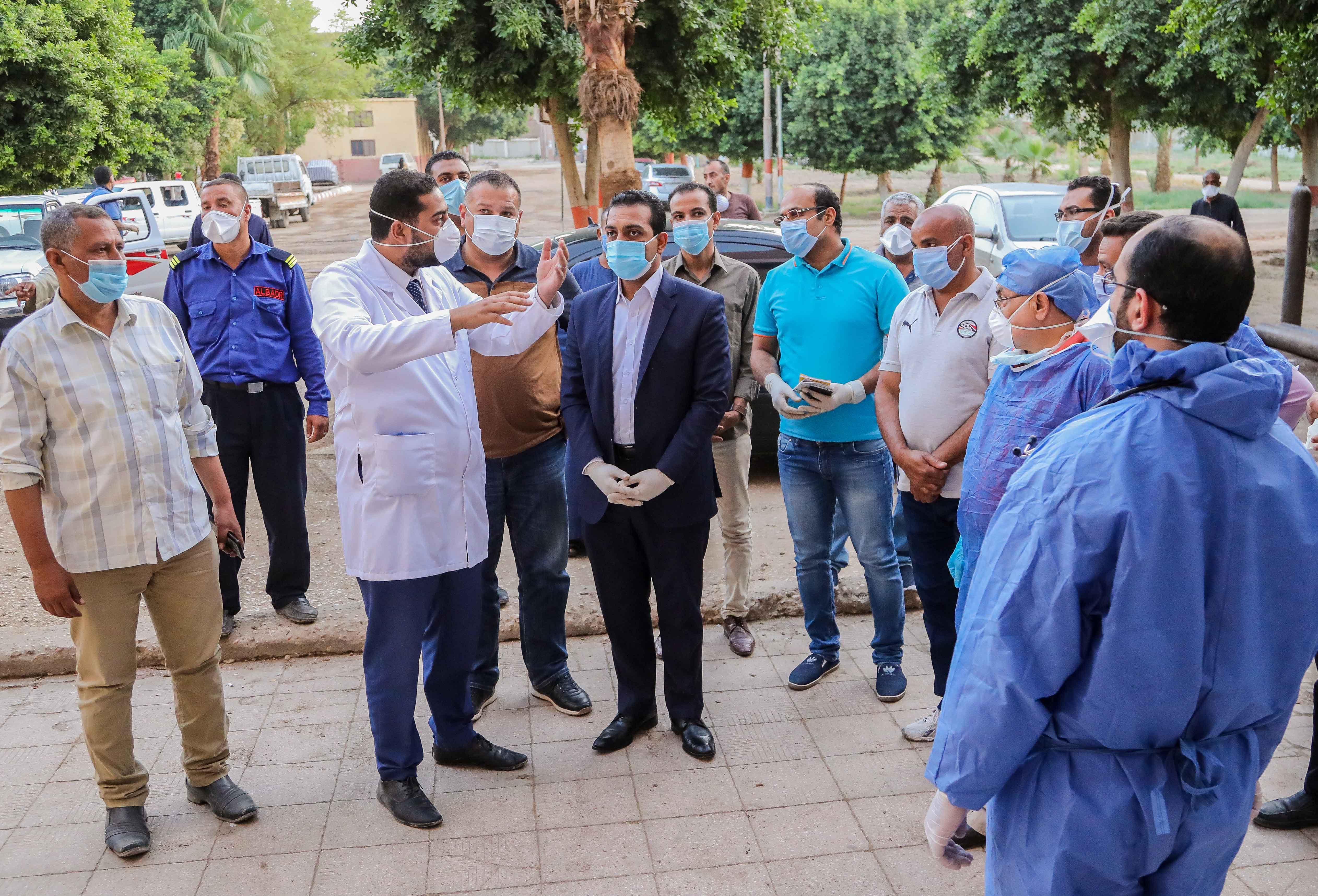 نائب محافظ قنا يزور مستشفيات العزل الصحى (3)