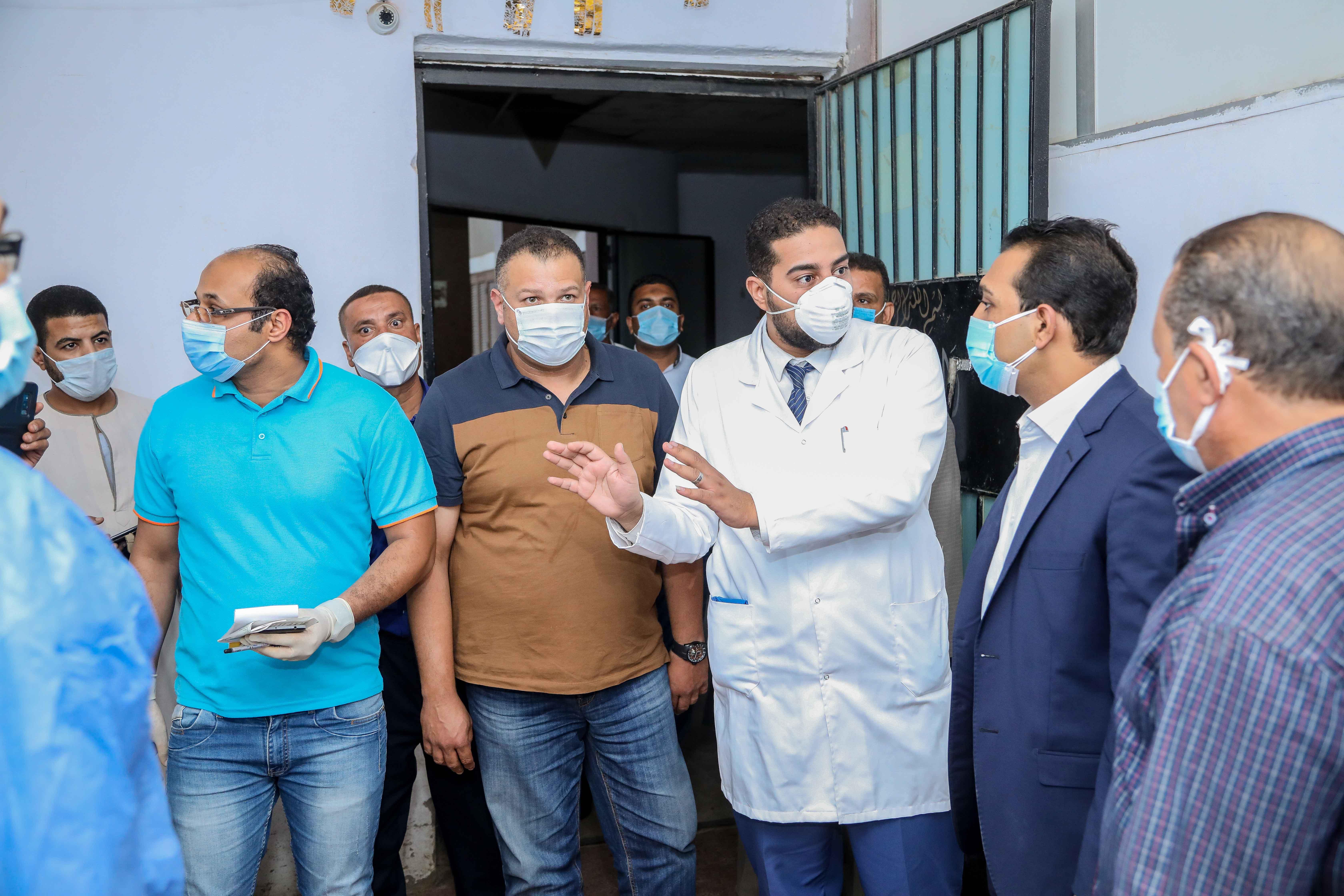 نائب محافظ قنا يزور مستشفيات العزل الصحى (12)