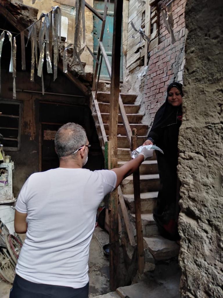توزيع الكمامات على منازل حي الغمراوى