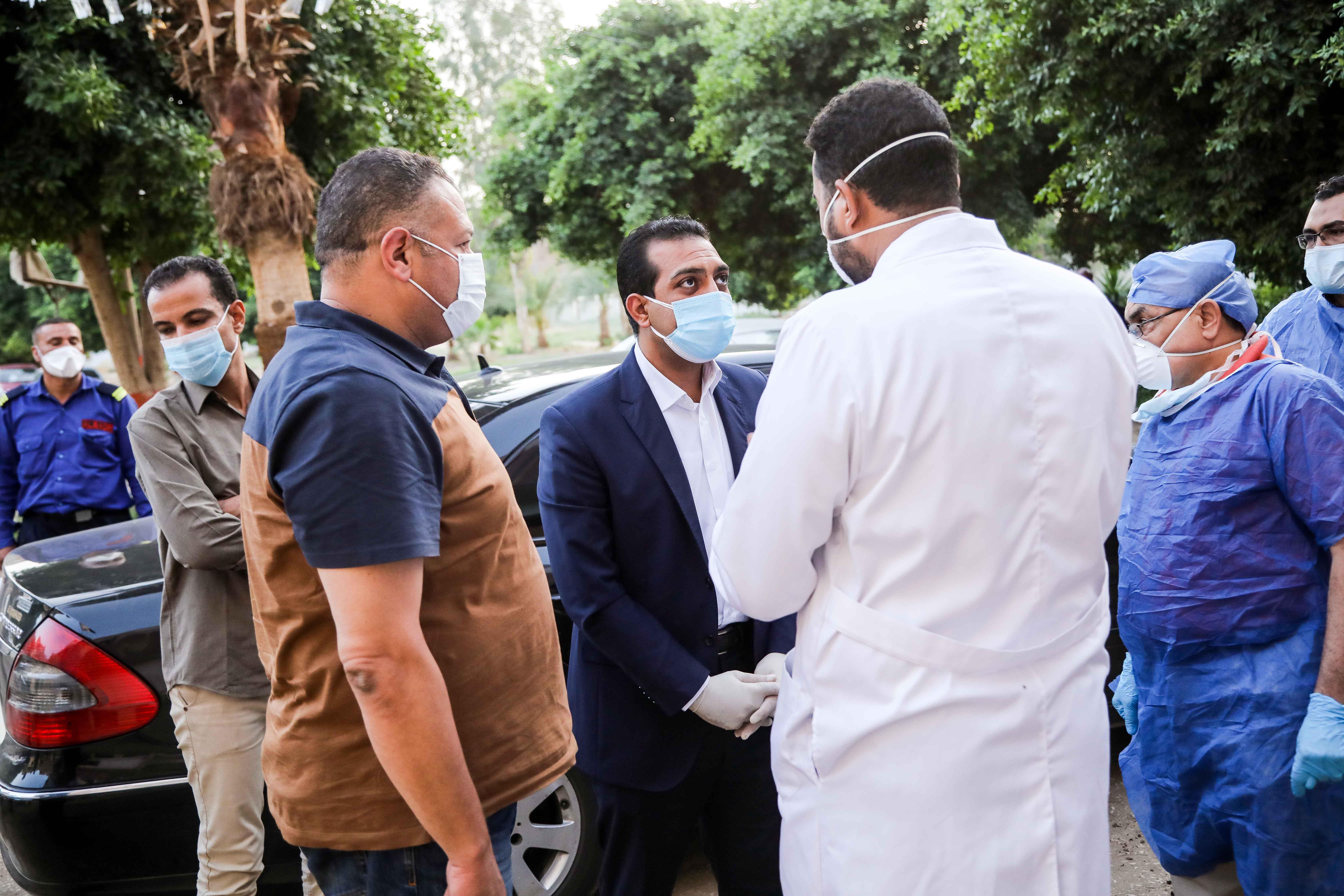 نائب محافظ قنا يزور مستشفيات العزل الصحى (2)