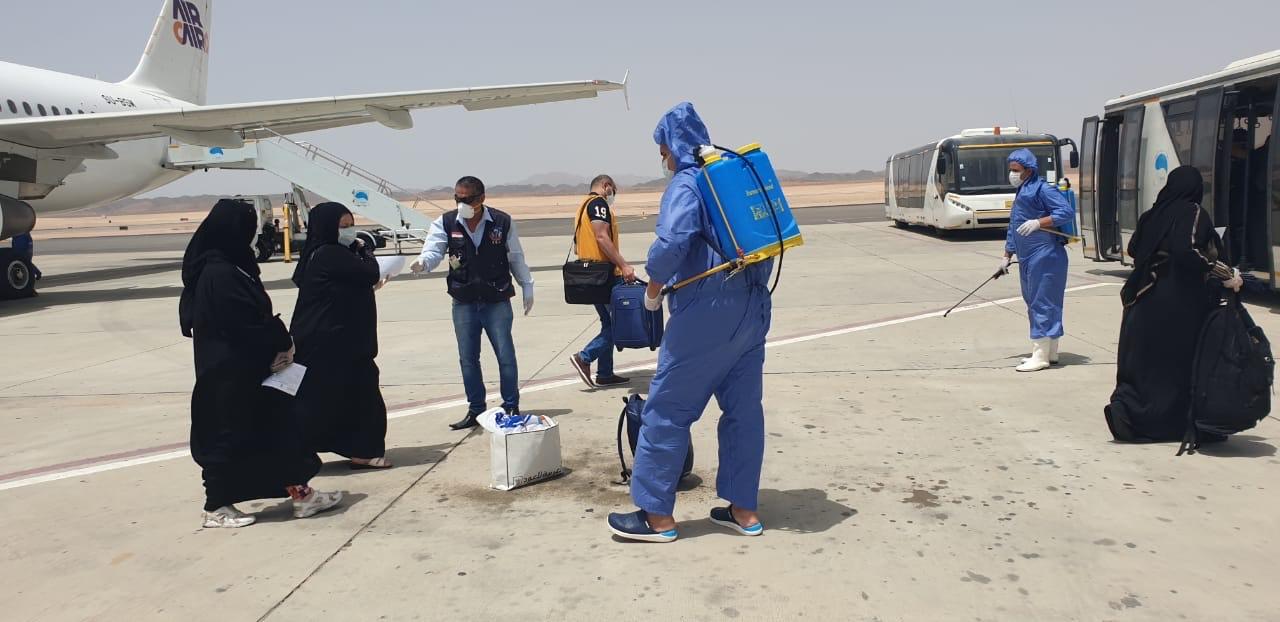 وصول عالقين من جدة لمطار مرسى علم (5)