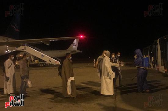 وصول رحلة طيران استثنائية تقل 165 مصريا عالقا بالكويت لمطار مرسى علم (1)