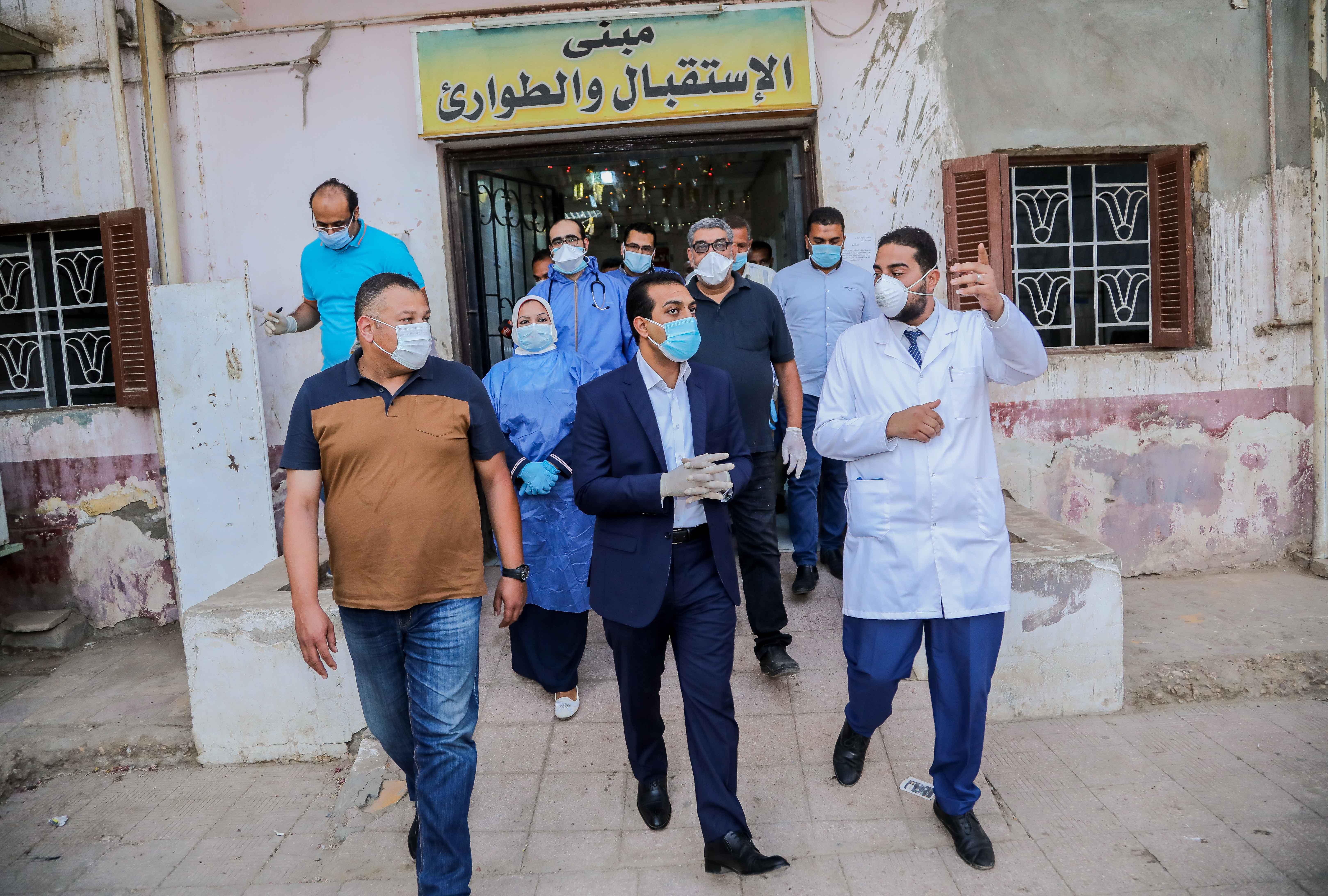 نائب محافظ قنا يزور مستشفيات العزل الصحى (7)