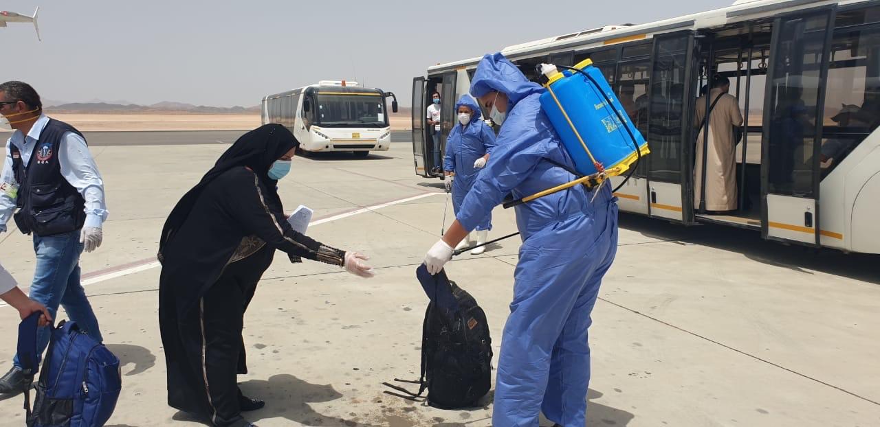 وصول عالقين من جدة لمطار مرسى علم (6)