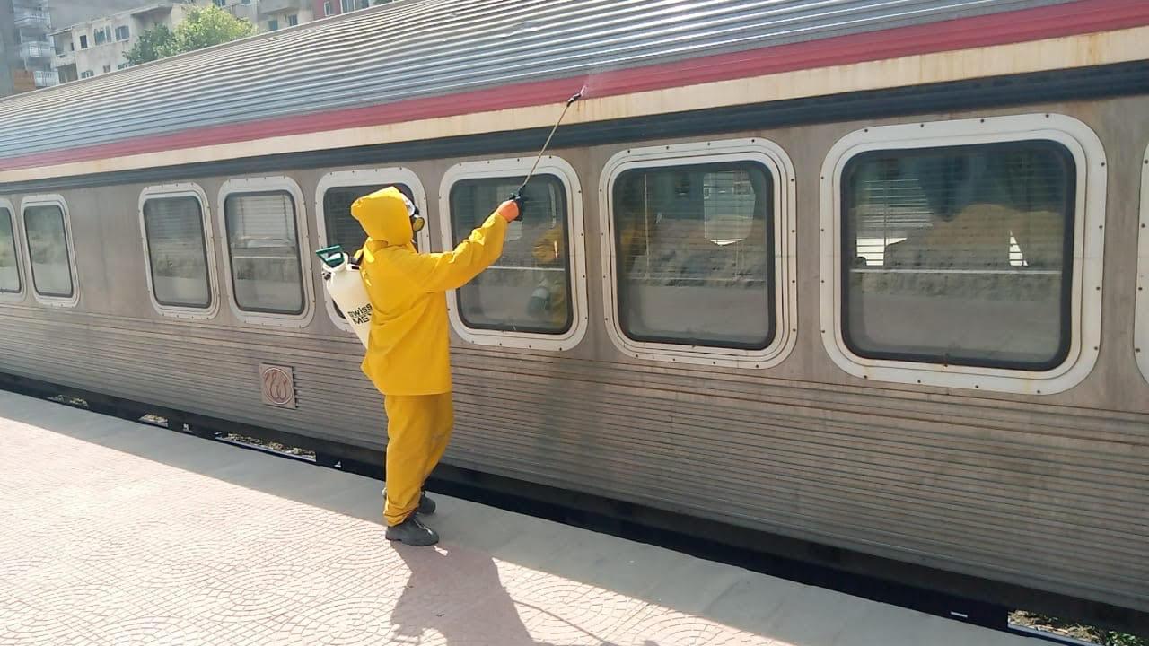 السكة الحديد تواصل أعمال تعقيم المحطات والقطارات ضد كورونا (2)