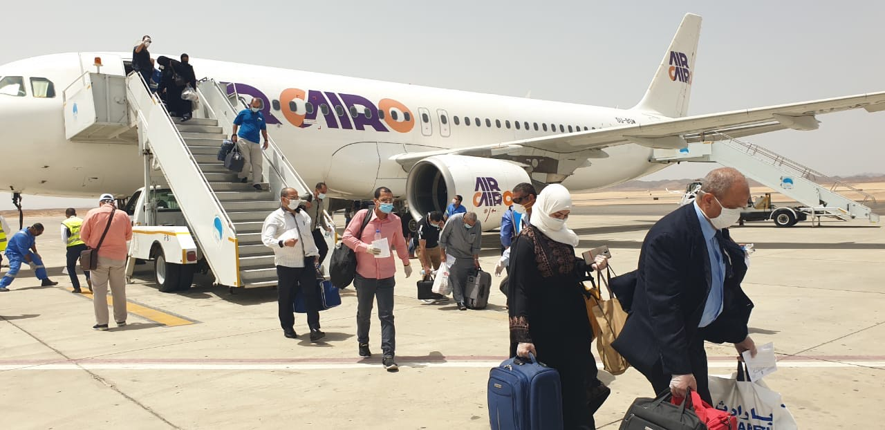 وصول عالقين من جدة لمطار مرسى علم (4)