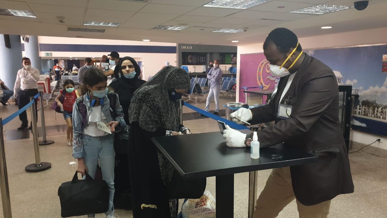 وصول عالقين من جدة لمطار مرسى علم (3)