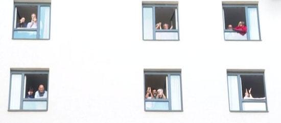 الجمهور يتابع من نوافذ الفندق